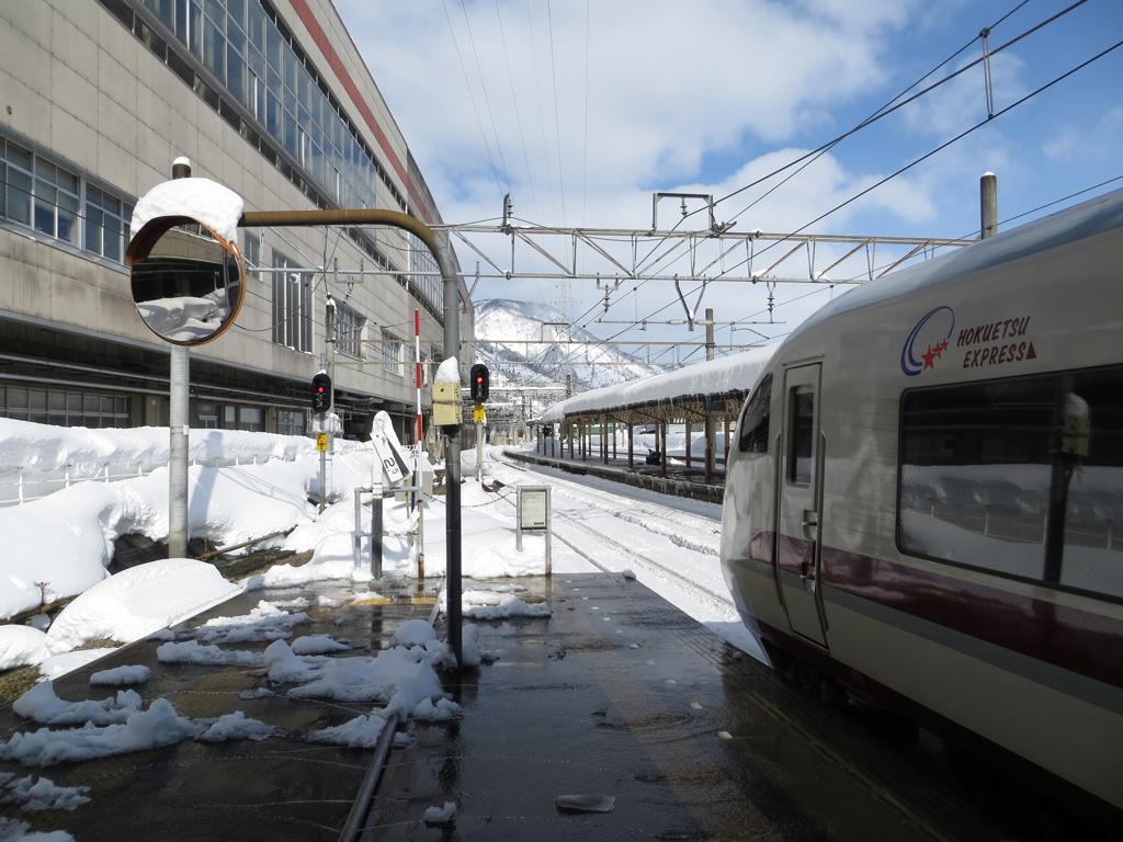 ほくほく線のホームにて 越後湯沢駅でほくほく線に乗り換えた。さすが雪国... 越後湯沢駅にて